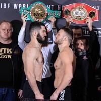 Deux boxeurs se font face après la pesée