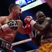 Oleksandr Gvosdyk (à gauche) frappe Adonis Stevenson au cours de leur combat de championnat du monde des mi-lourds du WBC.