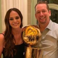 Ils posent avec le trophée Larry-O'Brien