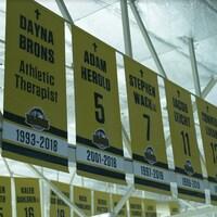Des bannières honorant les victimes et les survivants de la tragédie des Broncos de Humboldt.