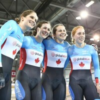 Le quatuor canadien féminin remporte l'or en poursuite à Milton, en Ontario.