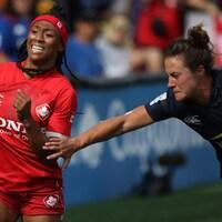 Charity Williams évite le plaqué de Lauren Doyle, dans un match de rugby à 7 entre le Canada et les États-Unis.