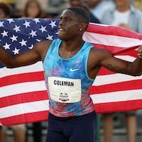 Il tient un drapeau américain.