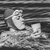 Christine Cossette prend une pause pour boire pendant sa traversée du lac St-Jean.