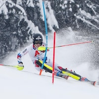 Il contourne un piquet dans un parcours de slalom