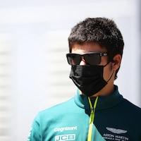 Le pilote automobile porte un masque.