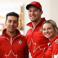 Les quatre joueurs de l'équipe posent côte à côte.