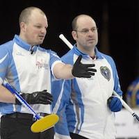 Jean-Michel Ménard (droite), capitaine de l'équipe québécoise de curling, et Martin Crête