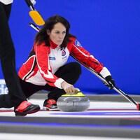 La capitaine d'Équipe Canada, Michelle Englot, lance une pierre au Tournoi des cœurs à Penticton, en Colombie-Britannique.