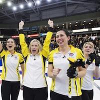 L'équipe manitobaine composée, dans l'ordre habituel, de Shannon Birchard, Jennifer Jones, Jill Officer et Dawn McEwen célèbre sa victoire en finale du Tournoi des cœurs à Penticton, en Colombie-Britannique.