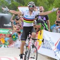 Un cycliste lève les bras en triomphe.