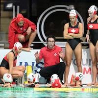 L'entraîneur David Paradelo donne des instructions à ses joueuses.