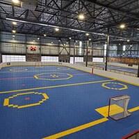 Deux des quatre aires de jeu utilisées pour la pratique du hockey-balle au complexe HBLL de Mirabel.