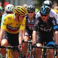 Deux cyclistes discutent en peloton de tête