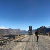 Derrick Spafford court sur une route de gravier au Nunavut.