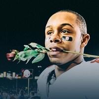 DeVier Posey tient une rose dans sa bouche.