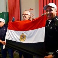 Des représentants de la délégation égyptienne célèbre la décision de la Confédération africaine de soccer d'attribuer l'organisation de la CAN 2019 à leur pays