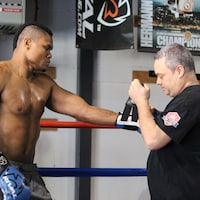 Un boxeur et son entraîneur dans un gymnase