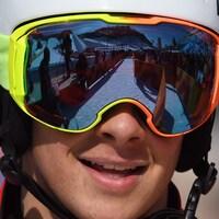 Gros plan d'un homme avec des lunettes et un casque de course