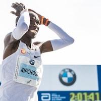 Eliud Kipchoge réagit à l'arrivée du marathon de Berlin, réalisant qu'il a battu le record du monde.