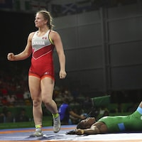 Erica Wiebe serre le poing après avoir gagné un combat.