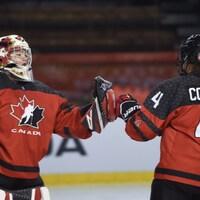 Ève Gascon et Kendall Cooper célèbrent la victoire du Canada contre les États-Unis.