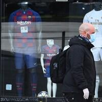 Un passant devant une boutique de sports