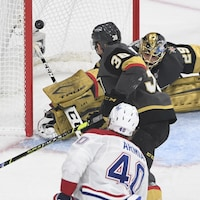 L'attaquant du Canadien regarde la rondelle entrer dans le filet adverse, pendant que le gardien des Golden Knights fait le grand écart.