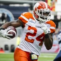 Jeremiah Johnson, des Lions de la Colombie-Britannique, porte le ballon lors d'un match contre les Argonauts de Toronto en août 2018.