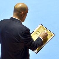 L'entraîneur pose son crayon sur son tableau.