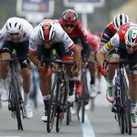 Fernando Gaviria (au centre) lutte dans le sprint final de la troisième étape avec Elia Vivani (à droite)
