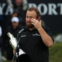 Il essuie une larme avec son trophée dans les mains.