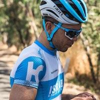 Gros plan de son visage avec son casque et ses lunettes de vélo