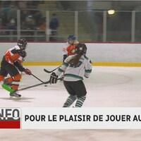 De jeunes hockeyeurs sont en action.
