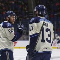 Hugo Roy (à droite), dans l'uniforme du Phoenix de Sherbrooke