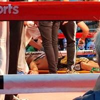 Il est couché sur une civière dans le ring.