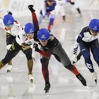 Cinq patineuses suivent une patineuse.
