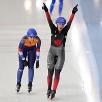 Ivanie Blondin remporte l'épreuve du départ groupé devant Irene Schouten.