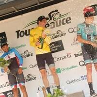 Brendan Rhim (centre) arrose Nickolas Zukowsky (droite) à la suite de sa victoire au 34e Tour de Beauce.