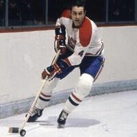 Il patine derrière un filet dans l'uniforme du Canadien de Montréal.