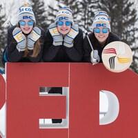 Quatre patineuses de vitesse de la Colombie-Britannique ont grimpé sur un signe géant de Red Deer.