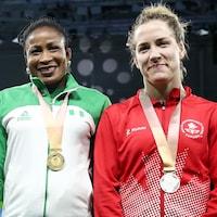 Danielle Lappage (à droite) sourit avec sa médaille d'argent autour du cou aux Jeux du Commonwealth