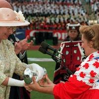 La reine Élisabeth II et Myriam Bédard lors de la cérémonie d'ouverture des Jeux du Commonwealth en 1994, à Victoria.