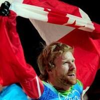 Il porte le drapeau canadien à bout de bras.