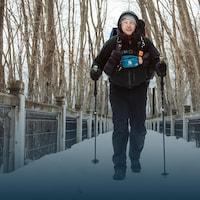 L'ancien combattant marche dans une forêt enneigée.