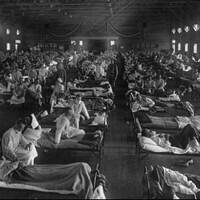 Un hôpital américain débordé en 1918 par l'épidémie de grippe espagnole qui a fait 30 millions de morts partout sur la planète.
