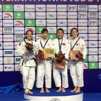 Kelita Zupancic (à gauche) et Catherine Beauchemin-Pinard (à droite) posent avec leurs médailles d'argent et de bronze, respectivement, au tournoi de Hohhot.