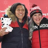 Elana Meyers-Taylor (à gauche) et Kaillie Humphries saluent le public aux Jeux olympiques de 2018.
