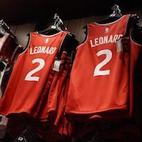 Des uniformes des Raptors de Toronto portant le nom et le numéro de Kawhi Leonard.