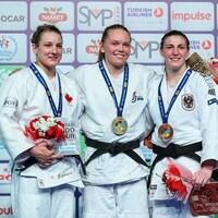 Kelita Zupancic (à gauche) souriante sur le podium du Grand Prix d'Antalya avec les autres médaillées